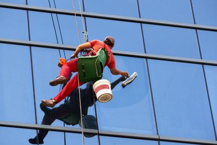 איך מתבצע ניקוי חלונות בגובה רב?